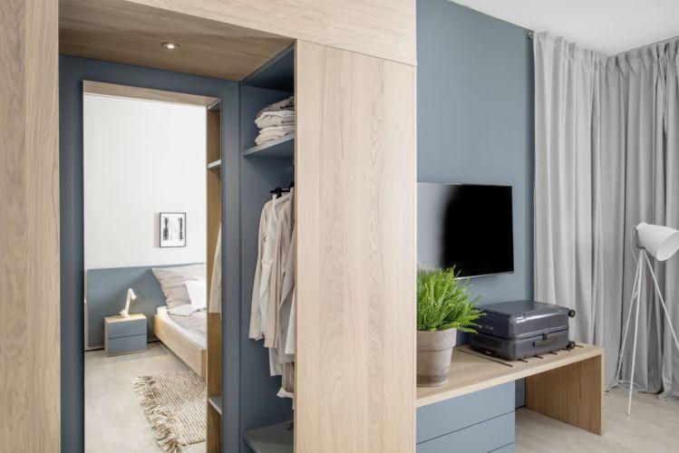 Schlafzimmer Möbel Sudbrock Miria blau hellblau Holz Ankleide Hotelzimmer Apartment Spiegel