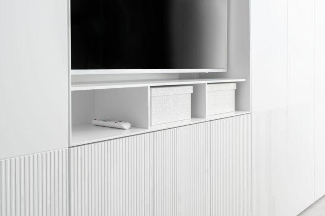 Kleiderschrank nach Maß weiß MIRIA Sudbrock Drehtürenschrank TV-Einsatz 10mm Regale