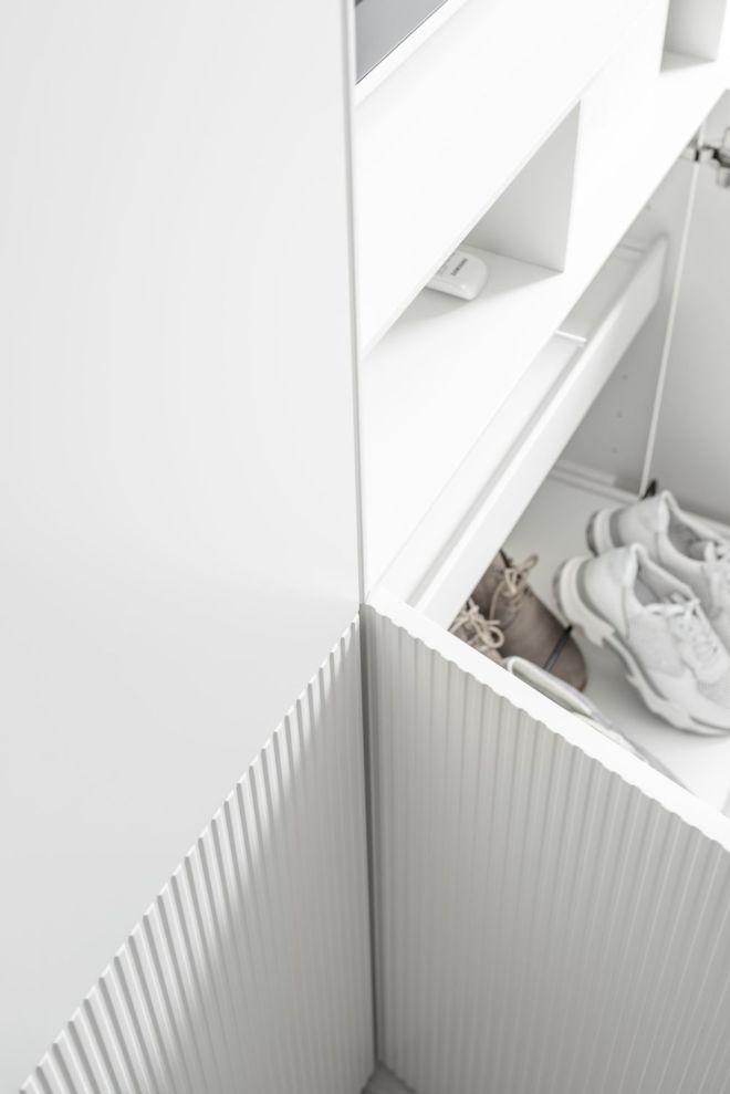 Drehtürenschrank weiß Kleiderschrank MIRIA Sudbrock Teilriffelung geschlossener Kleiderschrank