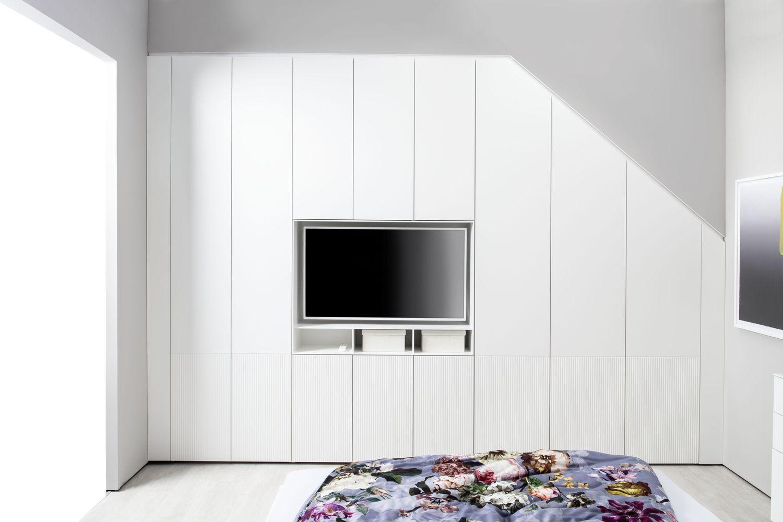 Kleiderschrank MIRIA Schrank weiß Sudbrock Drehtürenschrank Abschrägung TV-Einsatz Rillen geriffelt Dachschräge