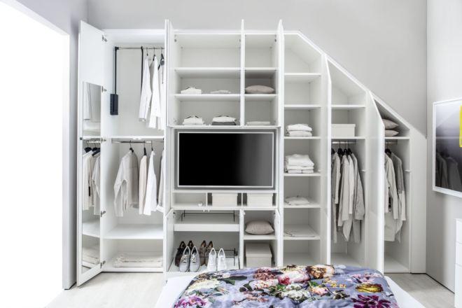 Kleiderschrank MIRIA Schrank weiß Sudbrock Drehtürenschrank Abschrägung TV-Einsatz Schlafzimmer Kleiderlift Innenspiegel Dachschräge