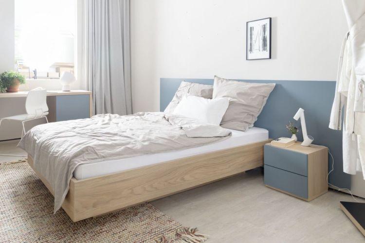 Schlafzimmer Möbel Sudbrock Miria Bett Doppelbett Wandpaneele blau hellblau Holz Nachtkonsole Nachtschränkchen