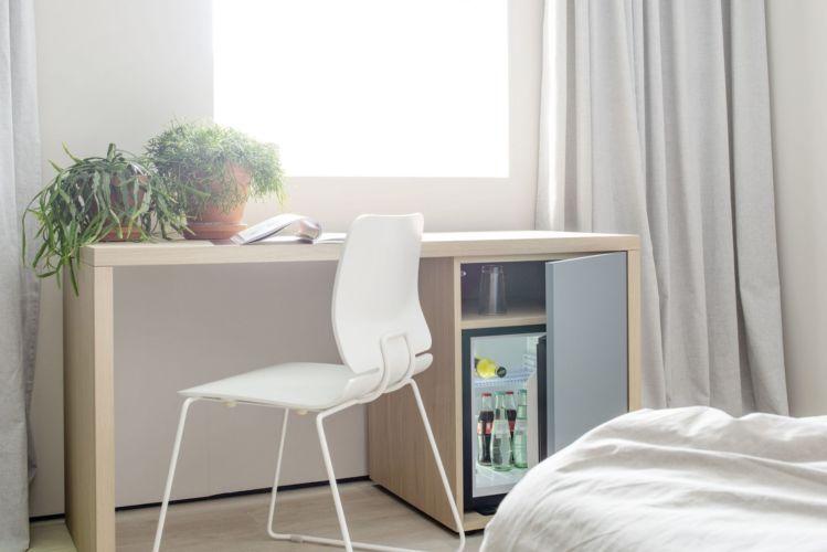 Schlafzimmer Möbel Sudbrock Miria blau hellblau Holz Eiche Hotelzimmer Apartment Minibar Tisch Schreibtisch