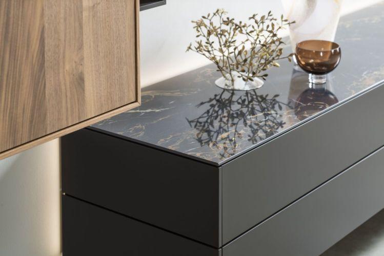 Wohnwand Medienmöbel Soundmöbel grau schwarz TV-Wand Nussbaum hängend Hängeregale Keramik Abdeckblatt Marmor glänzend