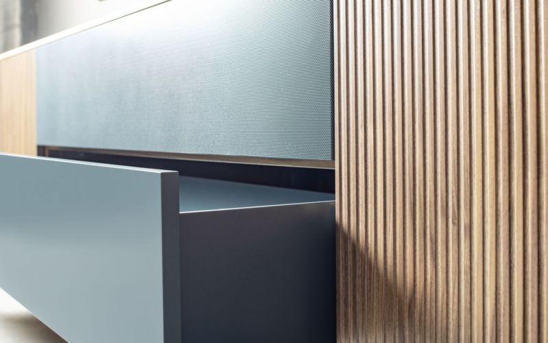 Sudbrock Wohnen Wohnwand Wohnzimmer Medienwand Cubo Lochblechklappe Rillenfront Zarge lackiert