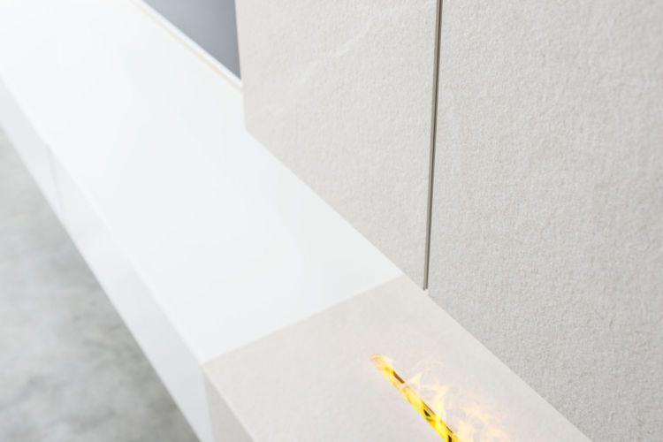 Wohnzimmer Wohnwand Wandpaneele Keramikaufdopplung Keramik Kalkstein Lack verkehrsweiß kaschmir elektrisch Kaminfeuer Kamin Feuer Elektrokaminimitat