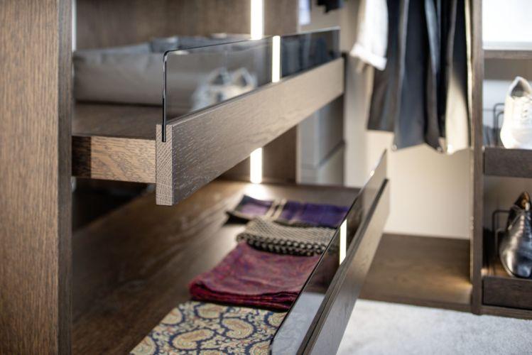 offener Kleiderschrank Fokus Sudbrock Ankleideraum begehbarer Kleiderschrank Schlafen Schlafzimmer Schrank Ankleide Hosenauszug Detail