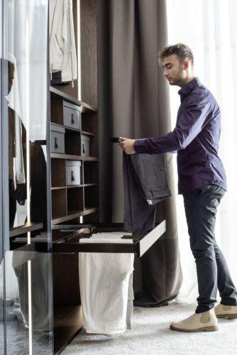 offener Kleiderschrank Fokus Sudbrock Ankleideraum begehbarer Kleiderschrank Schlafen Schlafzimmer Schrank Ankleide Hosenauszug Detail Einschubregal Regal