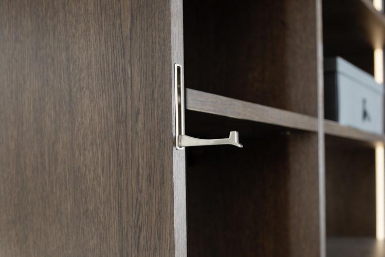 offener Kleiderschrank Fokus Sudbrock Ankleideraum begehbarer Kleiderschrank Schlafen Schlafzimmer Schrank Ankleide Hosenauszug Detail eingelassener Klapphaken