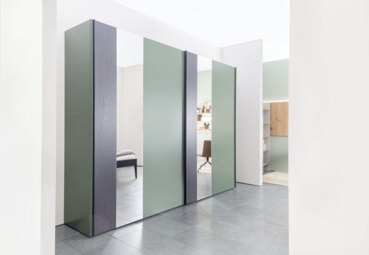 Kleiderschrank Schiebetüren Schlafzimmer Schrank geschlossener Kleiderschrank Sudbrock Goya Schlafen indirekte Beleuchtung salbeiabgerundete Ecken Außenspiegel