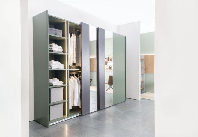 Kleiderschrank Schiebetüren Schlafzimmer Schrank geschlossener Kleiderschrank Sudbrock Goya Schlafen indirekte Beleuchtung salbei abgerundete Ecken Außenspiegel
