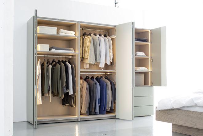 Kleiderschrank Falttüren Schlafzimmer Schrank geschlossener Kleiderschrank Sudbrock Miria Schlafen indirekte Beleuchtung salbei