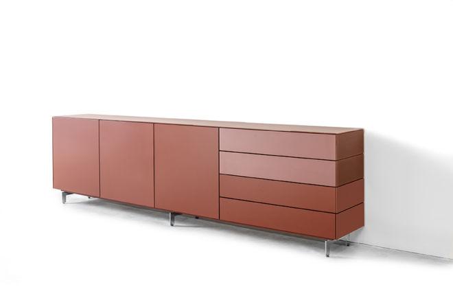 Sideboard Kommode rot rosa Glasabdeckblatt Glas Fronten Außenseiten Kufen Metallfüße silber Schubladen
